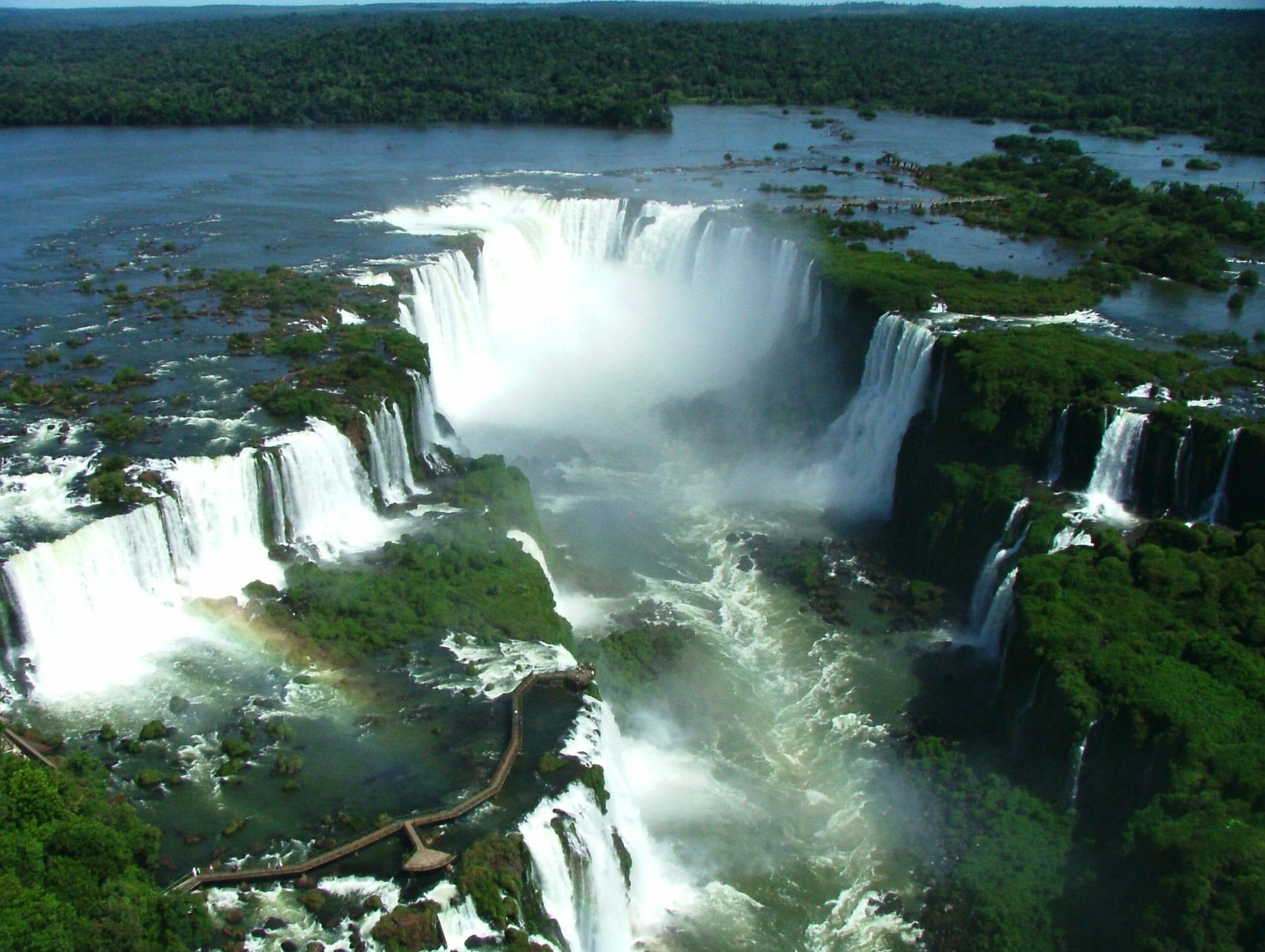 Voo sobre as Cataratas do Iguaçu é com a Helisul. Saiba mais-helicoptero-catataras-030717