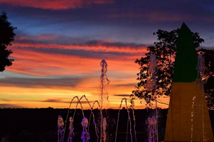 Quem viaja a Foz do Iguaçu e não conseguirá ficar muito tempo na cidade sempre se preocupa bastante com o que visitar, para que sua viagem tenha valido a pena e mesmo ficando com aquele gostinho de quero mais ficar satisfeito com tudo o que conheceu. O post de hoje é sobre quais são os 5 melhores pontos turísticos de Foz do Iguaçu e região para visitar. Deixando de lado atrativos que também fazem parte hoje em dia dos nossos roteiros turísticos como Dreamland, Parque das Aves, bares de gelo, tours pela Argentina e Paraguai, que são passeios que merecem ser visitados, se não sua viagem ficará incompleta. Mas o foco aqui é em pontos turísticos que fazem parte da história da tríplice fronteira. Então se você é aquele tipo de pessoa que gosta de conhecer não apenas a diversão do local, mas também a história dele, esse post foi feito para você! Conheça os 5 melhores pontos turísticos para você visitar quando viajar a Tríplice Fronteira.  1- Barragem de Itaipu.  Itaipu é a maior geradora de energia do mundo, o Brasil todo é regado à atividade que ali acontece. Então conhecer ao vivo essa maravilha da engenharia é uma emoção e tanto. Nunca se imagina que pode-se existir uma obra tão grande assim. É de brilhar os olhos! Se você é o tipo de pessoa que fica animado toda vez que vê o mar ao descer a serra, então a imagem do topo da barragem de Itaipu irá tirar o seu fôlego. Existem atualmente 4 passeios que podem ser feitos na Barragem de Itaipu. Vista Panorâmica, Visita Técnica, Kattamaran 1, Iluminação da Barragem.  O mais completo de todos para realmente conhecer a Itaipu é a Visita Técnica, que inclui vista panorâmica, e conhece-se tudo que tem direito. Kattamaran é um barco que navega pela barragem de Itaipu. A Iluminação é feita a noite, um espetáculo de luzes incrível.  2- Marcos das Três fronteiras. O ponto turístico que faz parte da História de união entre os três países que unem a tríplice fronteira localizado no lado brasileiro foi recentemente reformado. Agora cont