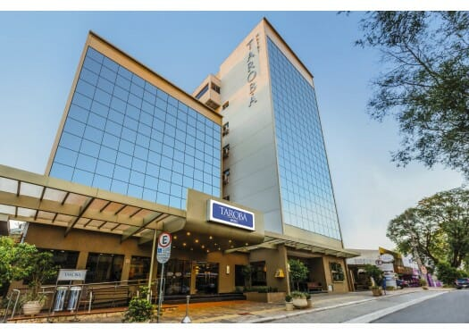 O Tarobá Hotel é considerado um hotel econômico, localizado no centro da cidade, o mesmo possui uma ampla estrutura, Como um ambiente moderno e confortável.