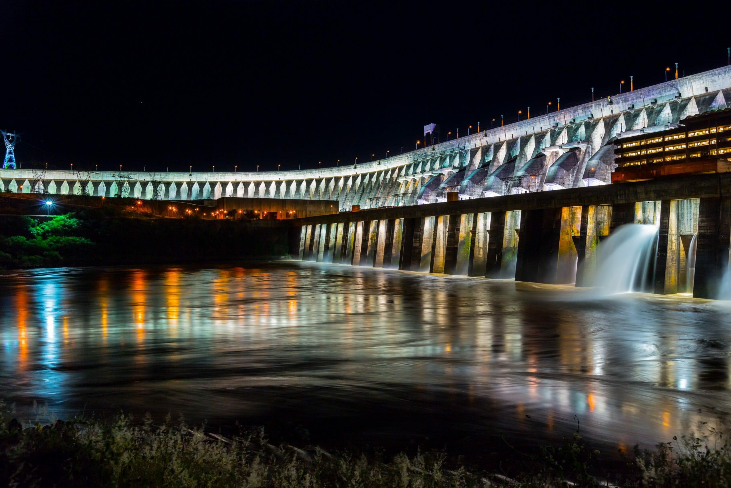 07 dicas do que fazer em Foz do Iguaçu à noite. Confira! Iluminação da Barragem de Itaipu