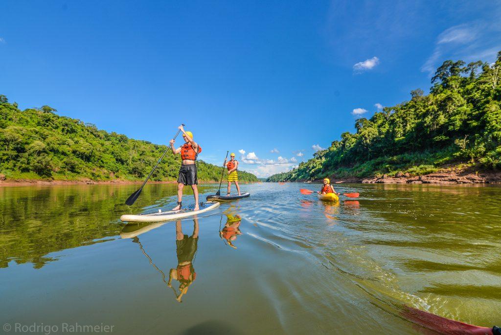 Passeio Aguaray - pessoas remando no rio Iguaçu
