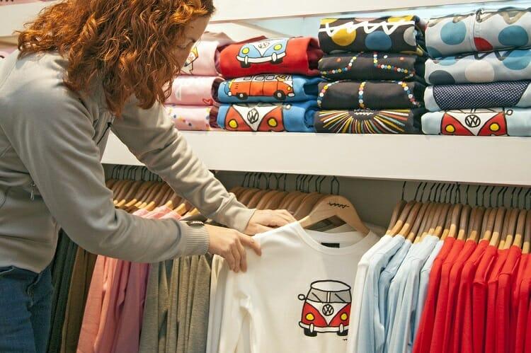 Mulher fazendo compras - Foz do Iguaçu