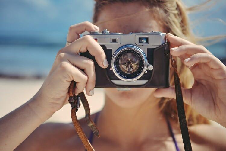 Moça com câmera digital
