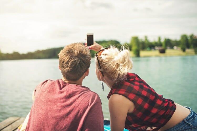 casal tirando selfie   Pacote de viagem para casal