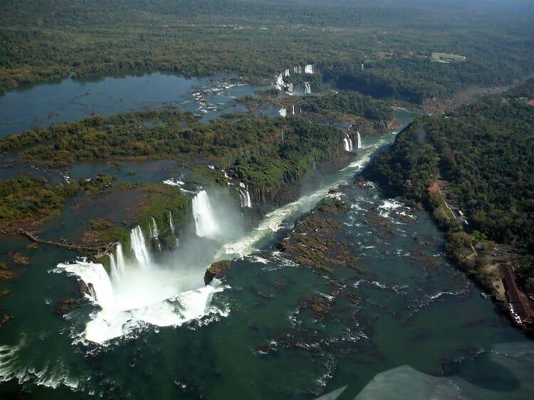 Quedas das Cataratas do Iguaçu vistas de cima.