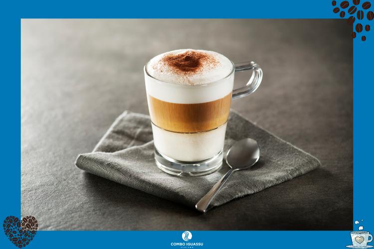 Café mocaccino com três camadas + colher | Cafés em Foz do Iguaçu? Nós te indicamos alguns!