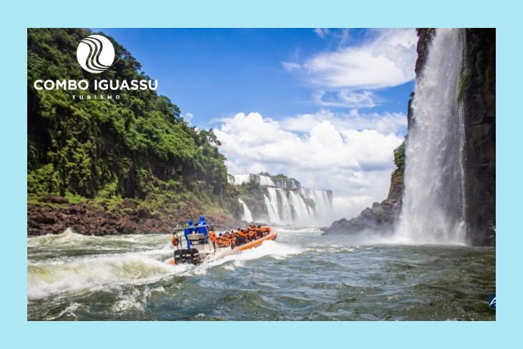 Pessoas turistando no Macuco Safari nas Quedas do Iguaçu.