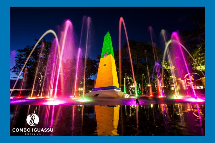 Lugar iluminado com chafarizes igual o Marco das Três Fronteiras, é incrível.