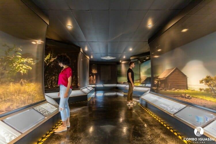 Pessoas admirando as coisas históricas do Ecomuseu.