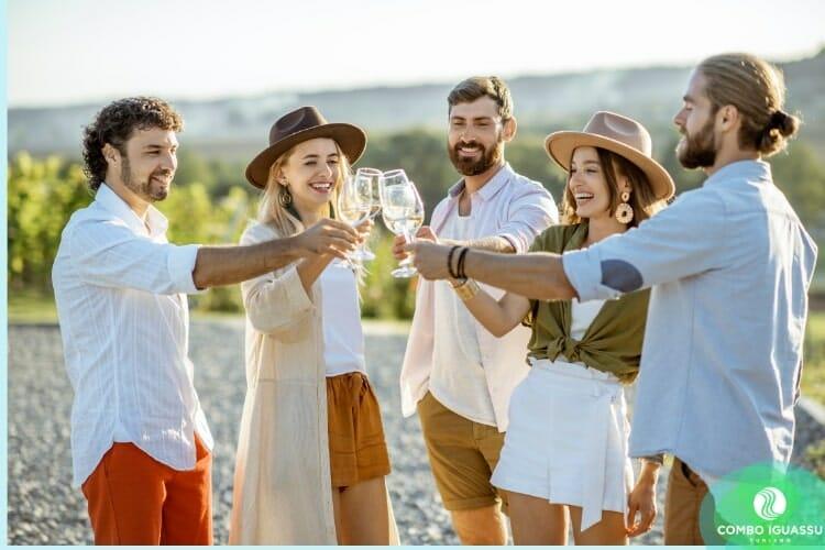 Ilustração de pessoas bebendo vinho branco, como se fosse nas vinícolas no Brasil