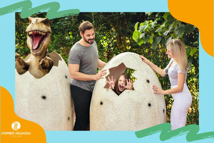 Família aproveitando este passeio incrível, o Vale dos Dinossauros.